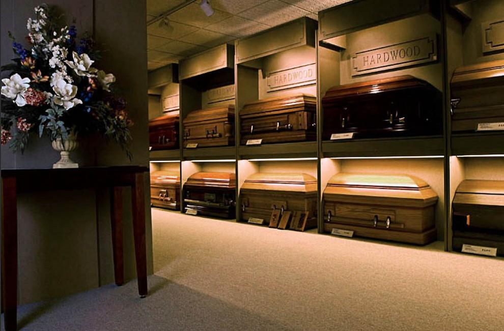death02 990x651 Повседневная жизнь похоронного бюро