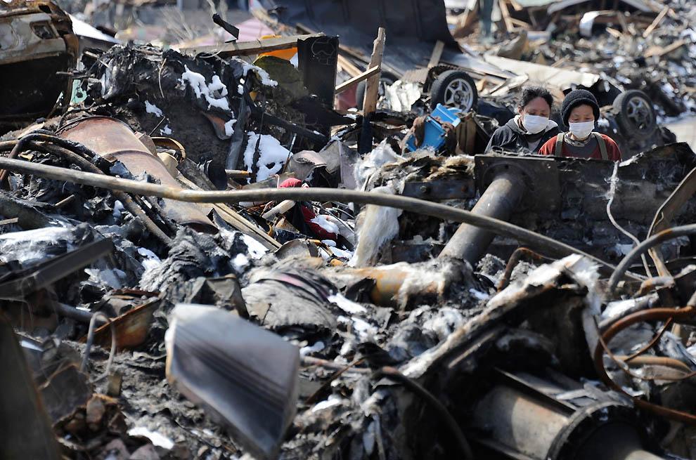 j08 10753562 Япония: через две недели после землетрясения
