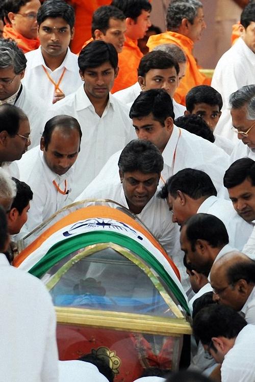 0141 Setengah juta orang berkumpul untuk pemakaman guru Sai Baba