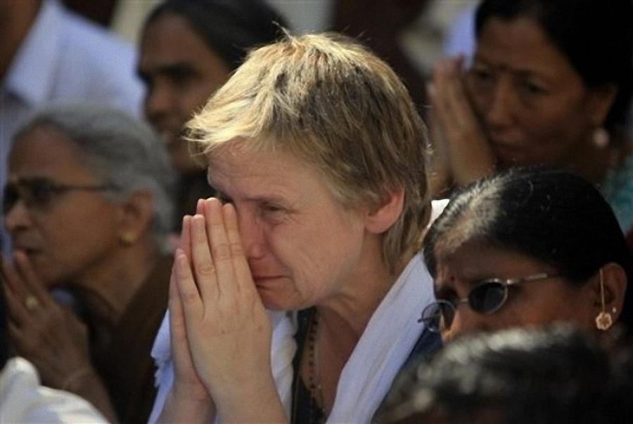 0239 Setengah juta orang berkumpul untuk pemakaman guru Sai Baba