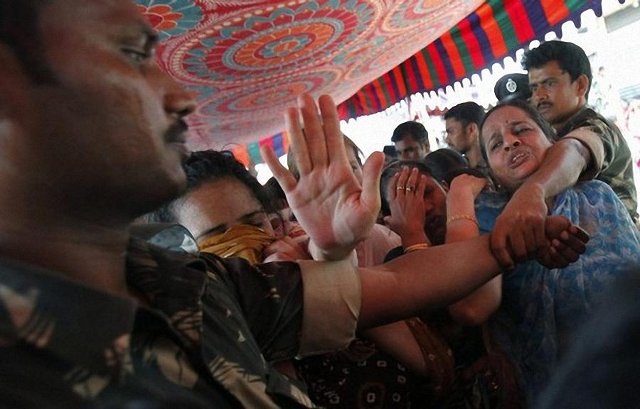 0340 Setengah juta orang berkumpul untuk pemakaman guru Sai Baba