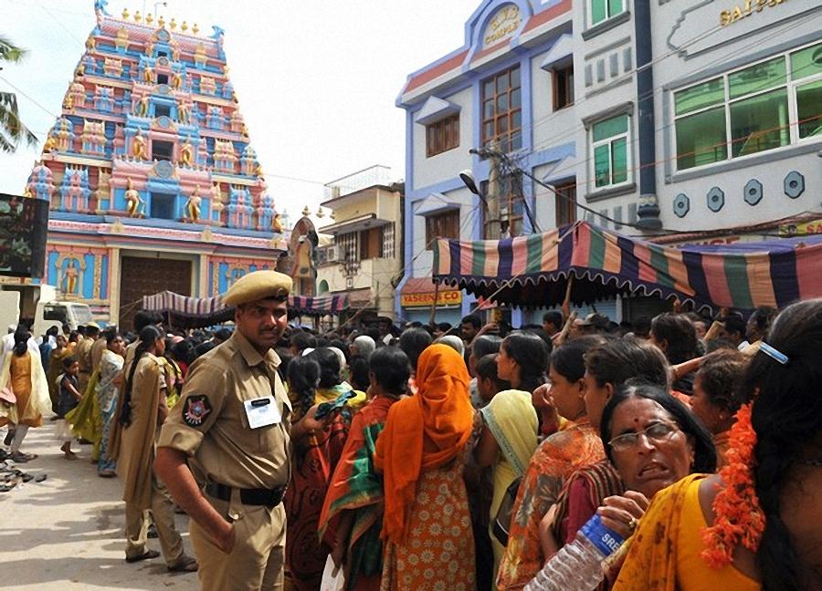 0440 Setengah juta orang berkumpul untuk pemakaman guru Sai Baba