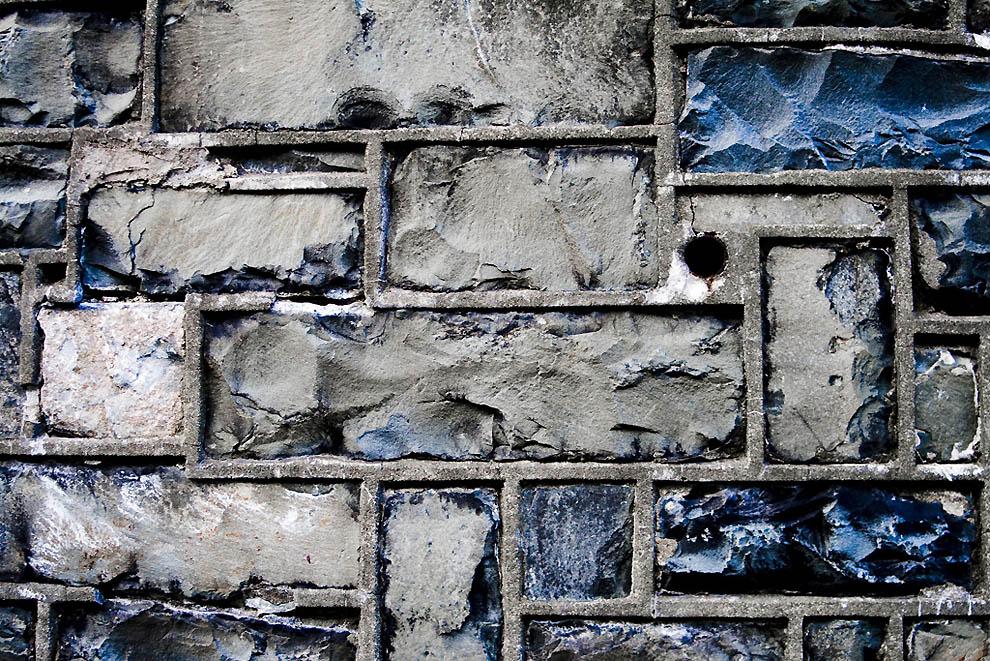 5.Кирпичная стена, окружающая дорогу в городке Сент-Джонс на канадском...