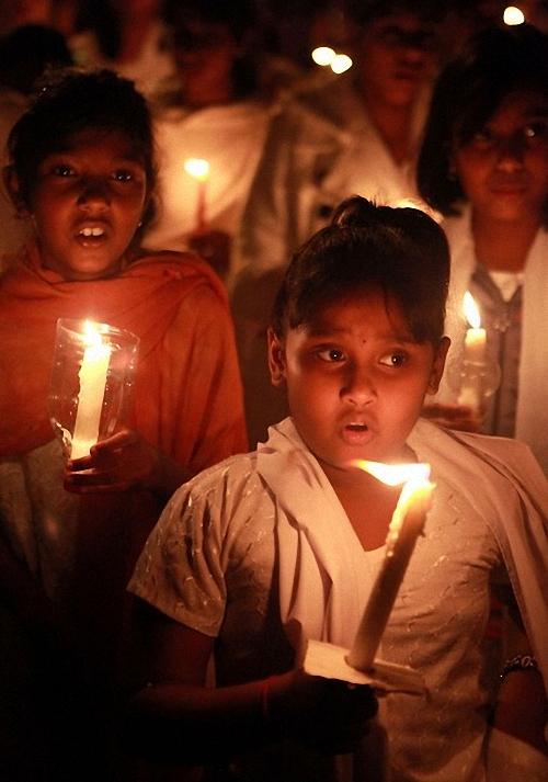 0540 Setengah juta orang berkumpul untuk pemakaman guru Sai Baba