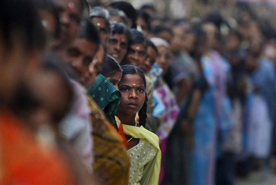 0639 Setengah juta orang berkumpul untuk pemakaman guru Sai Baba