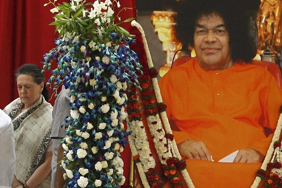 0739 Setengah juta orang berkumpul untuk pemakaman guru Sai Baba