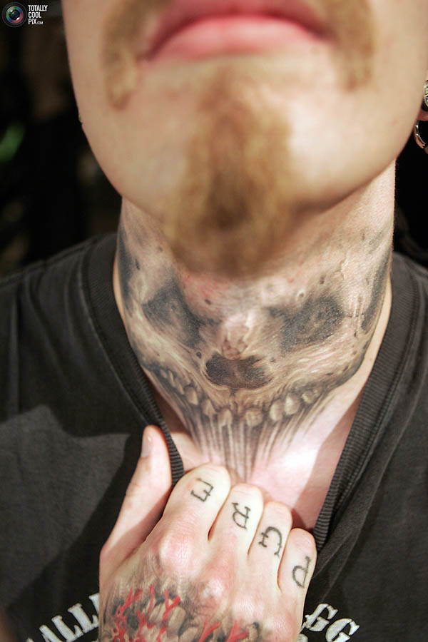 Коллмео демонстрирует татуировку на