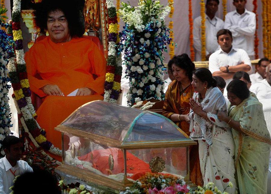 Baba berduka melihat India setengah juta orang berkumpul untuk pemakaman guru Sai Baba