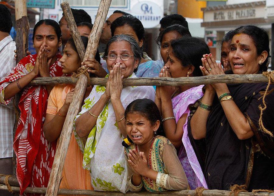 Obituari Sathya berkabung Setengah juta orang berkumpul untuk pemakaman guru Sai Baba