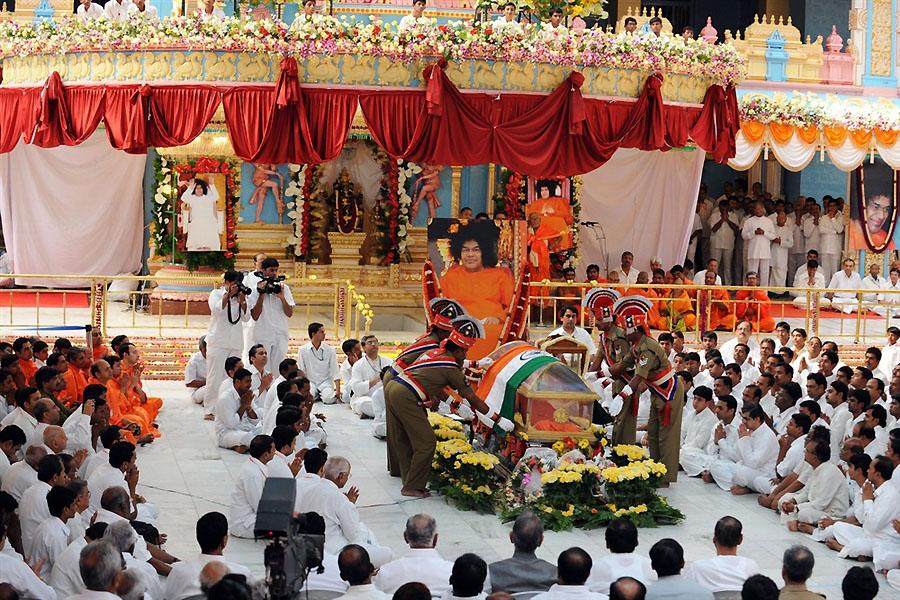 pb 110 427 saibaba da 04.photoblog900 Setengah juta orang berkumpul untuk pemakaman guru Sai Baba