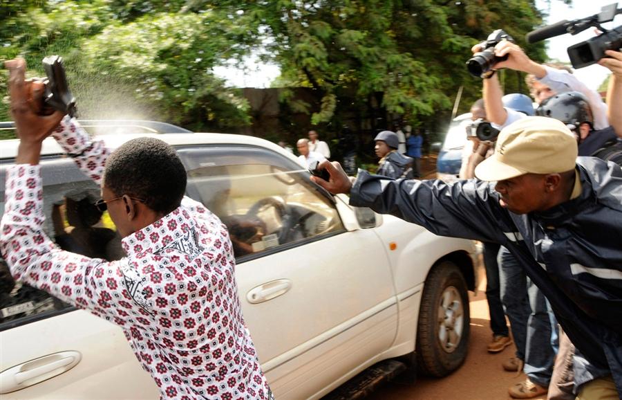 pb 110428 uganda da 04.photoblog900 Арест лидера оппозиции в  Уганде