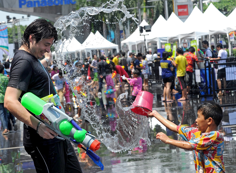 Чем обливают прохожих на новый год в таиланде