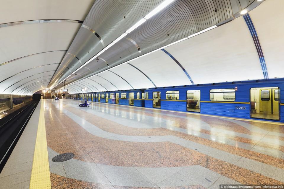 В Киеве полицейские убегали от голого мужчины, захватившего поезд