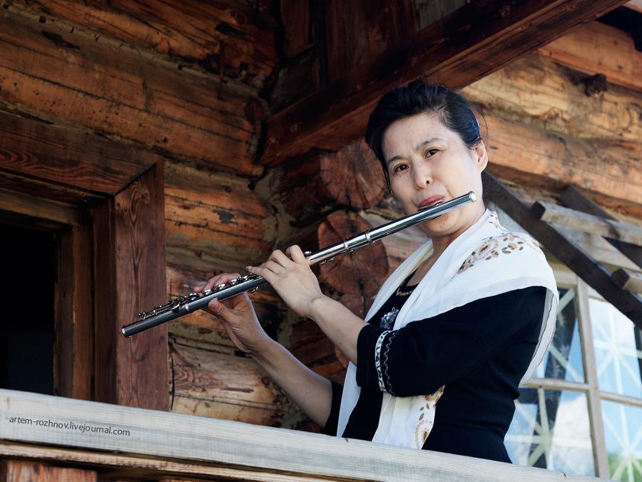 Эта женщина развлекает посетителей игрой на флейте