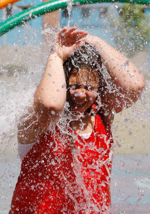 Эту девочку зовут Эмара Хеннинг, и купаться в фонтане она не очень любит