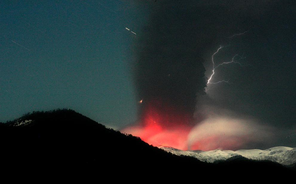 Вулканический пепел и дым