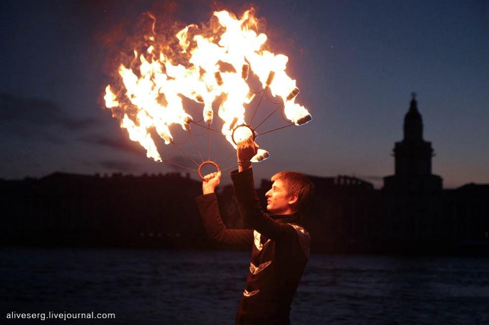 Яркий горячий подарок белой ночью у Невы