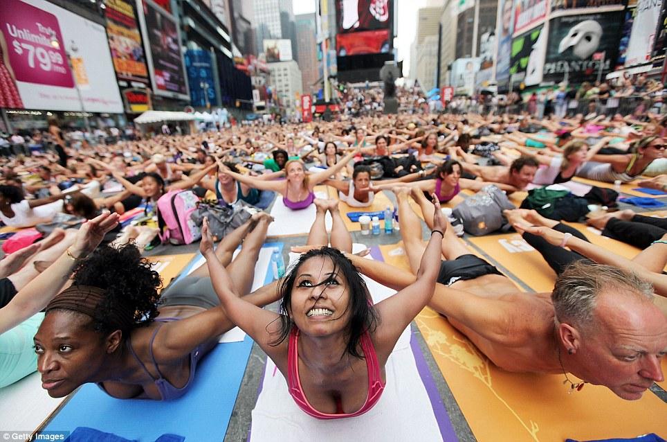 article 2006573 0CAB366600000578 720 964x638 Массовая йога на Таймс сквер 2011