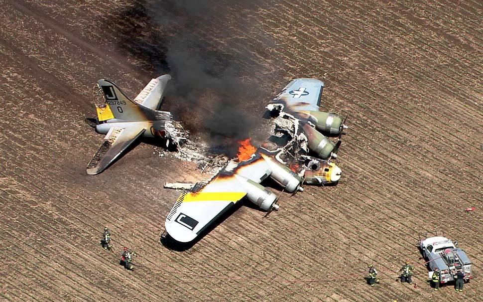 Восстановленный бомбардировщик времен второй мировой войны потерпел крушение