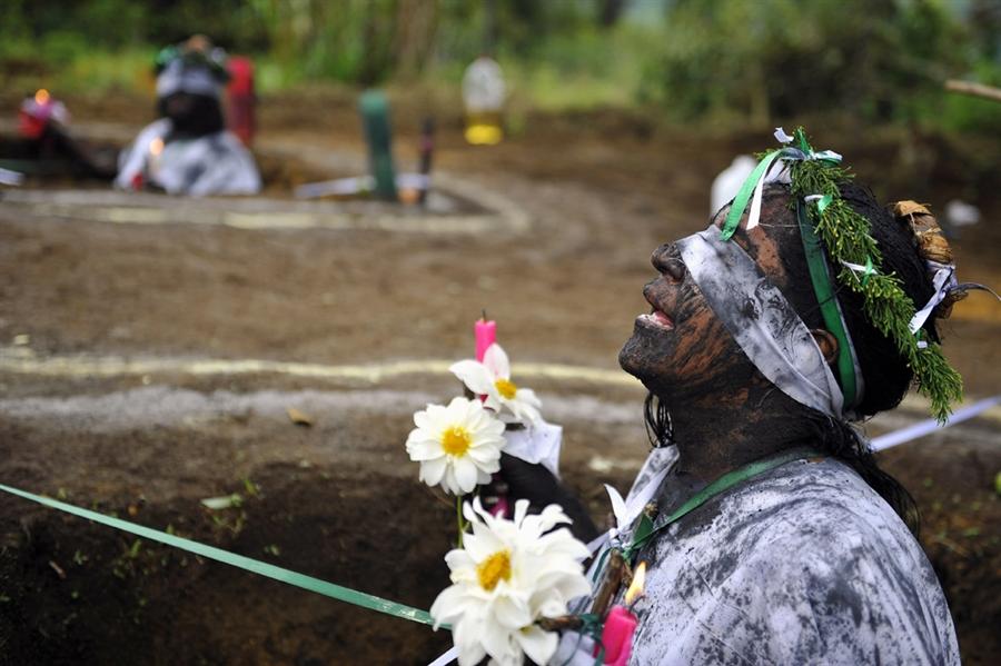 pb 110601 exorcism 02.photoblog900 Обряд изгнания духов в Колумбии
