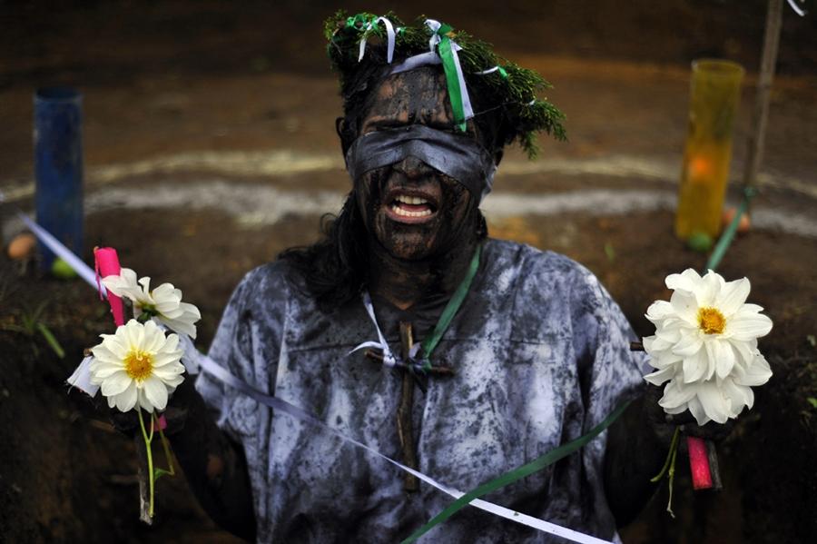 pb 110601 exorcism 03.photoblog900 Обряд изгнания духов в Колумбии
