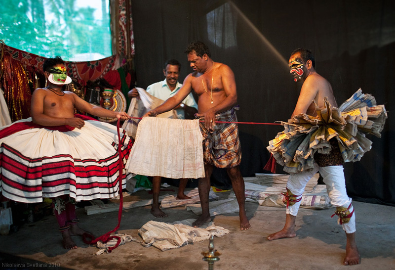 1370 India Selatan Kathakali Teater: The Art of menerapkan makeup