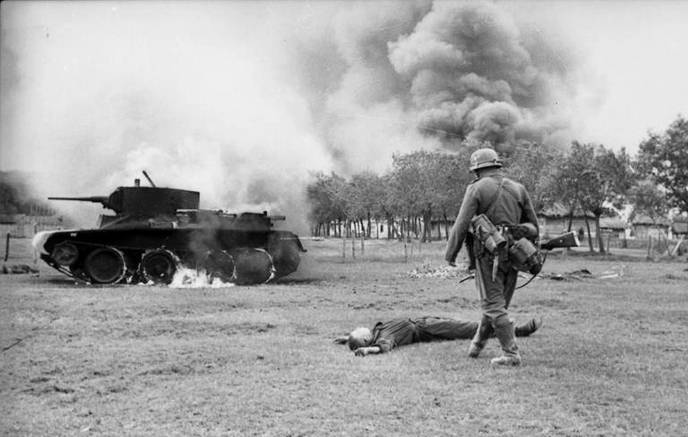 Немецкий солдат и лежащий на земле