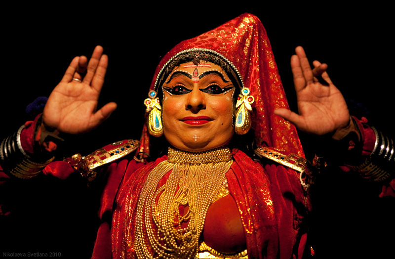 2258 India Selatan Kathakali Teater: The Art of menerapkan makeup
