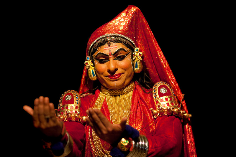 2455 India Selatan Kathakali Teater: The Art of menerapkan makeup