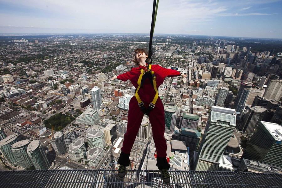 6. Аттракцион EdgeWalk станет самым высоким в мире полным кругом обозрения (360 градусов), где посетители смогут...
