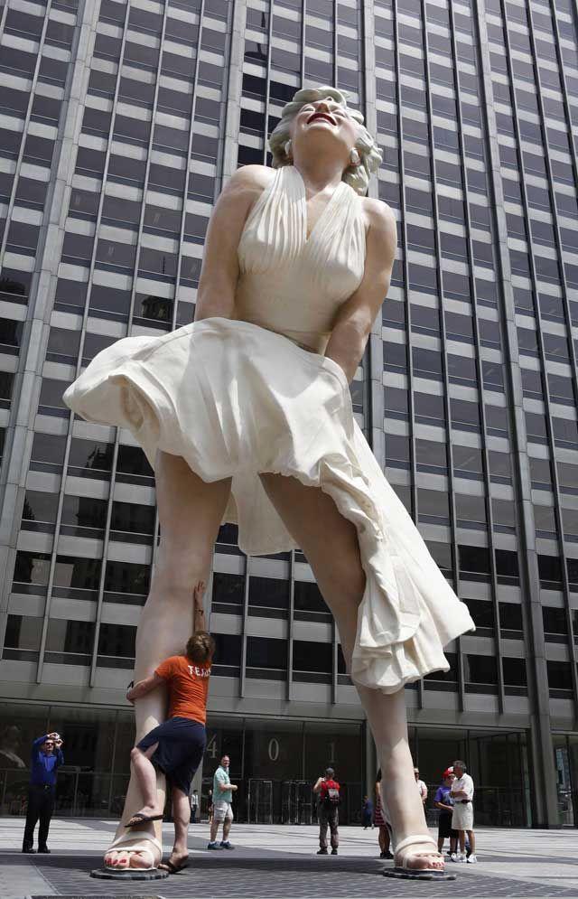 mm11 В Чикаго появился огромный памятник Мэрилин Монро