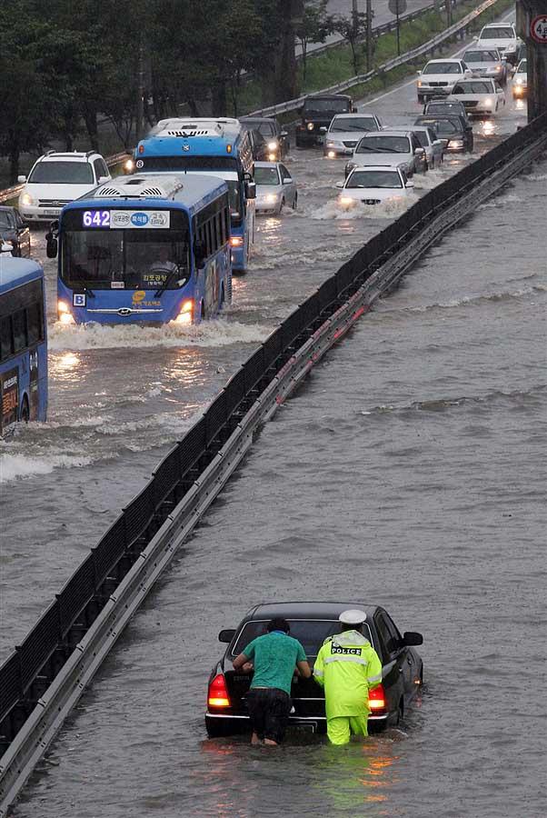 rainyskorea08 В Южной Корее льют дожди века и гибнут люди