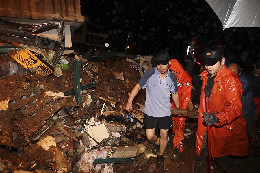 rainyskorea10 В Южной Корее льют дожди века и гибнут люди