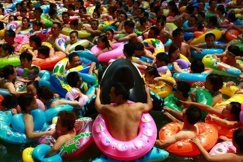 Китайцы спасаются от жары в собственном «Мертвом море»