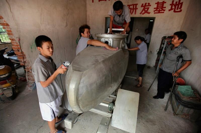 Китайский крестьянин делает мини-подлодки на продажу