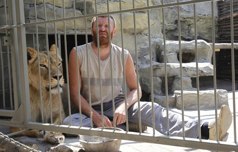 Украинский художник закрылся в клетке с беременной львицей