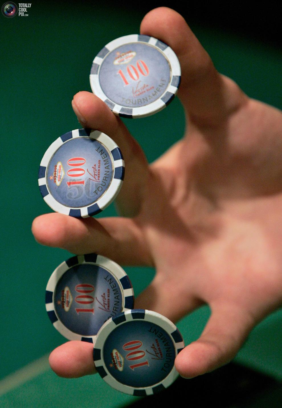 человек который раздает карты в казино