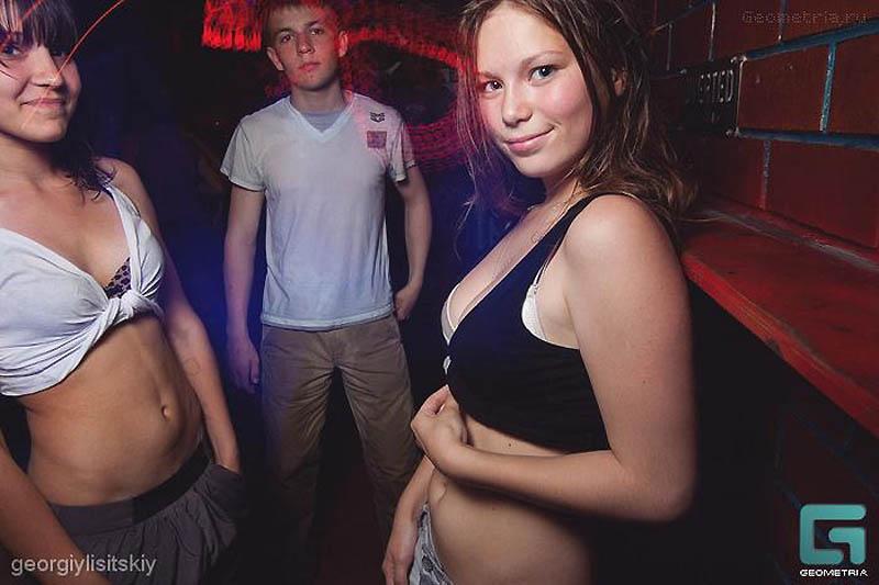 Откровенные снимки с вечеринки для школьников попали в Сеть (фото