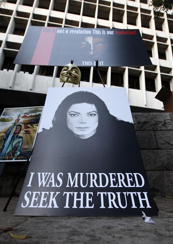 165 293 plakat terlihat di luar Pengadilan Tinggi Los Angeles selama op Kematian Michael Jackson: Persidangan Dr Conrad Murray