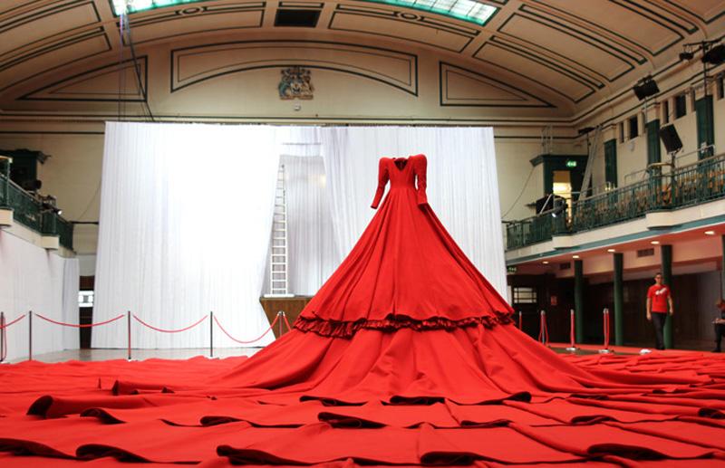 IMG 0952 Гигантское красное платье концертный зал