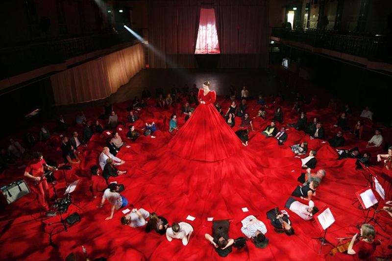aamusongreddress1 Гигантское красное платье концертный зал
