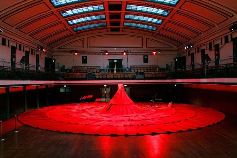 aamusongreddress2 Гигантское красное платье концертный зал.