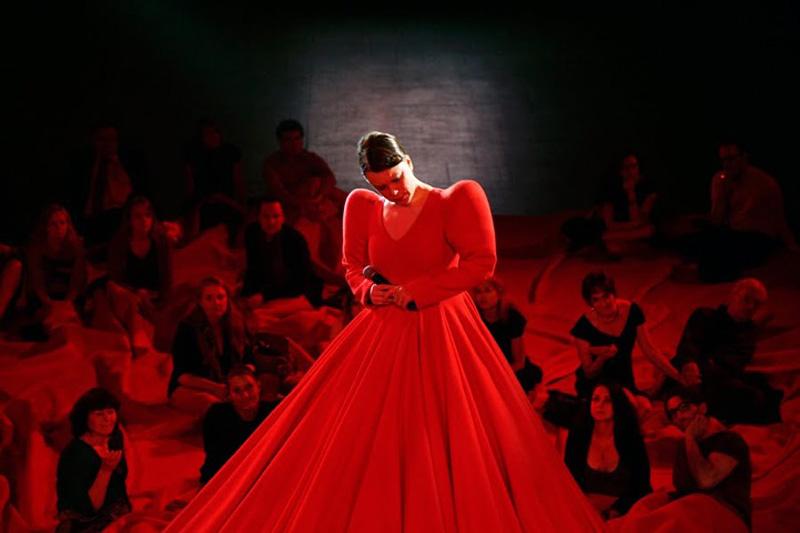 aamusongreddress3 Гигантское красное платье концертный зал.
