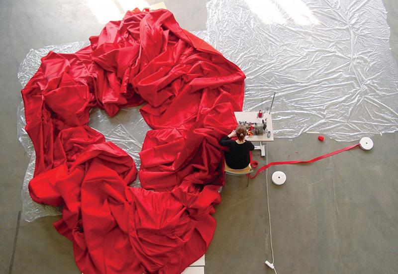 aamusongreddress5 Гигантское красное платье концертный зал