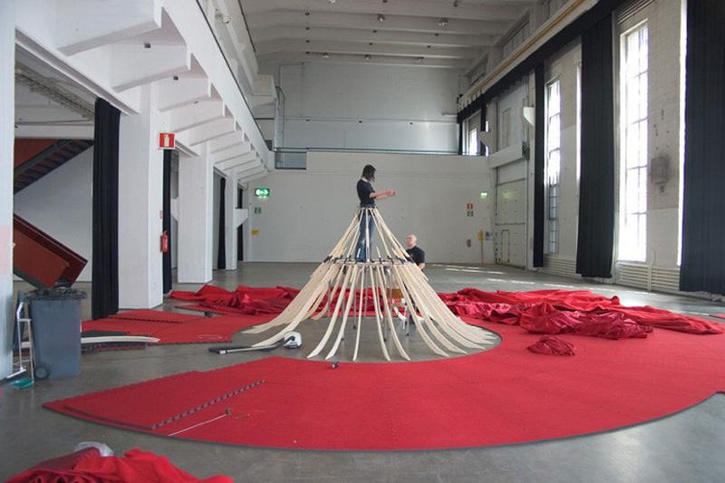 aamusongreddress6 Гигантское красное платье концертный зал