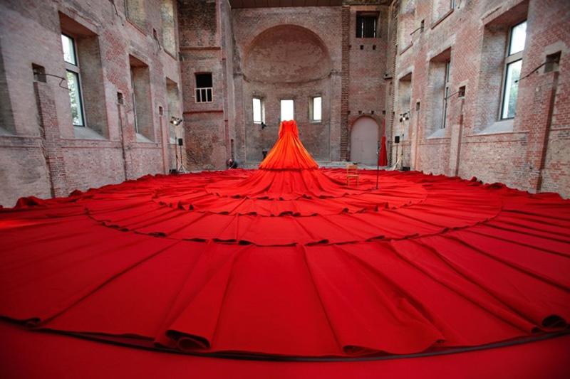 aamusongreddress7 Гигантское красное платье концертный зал