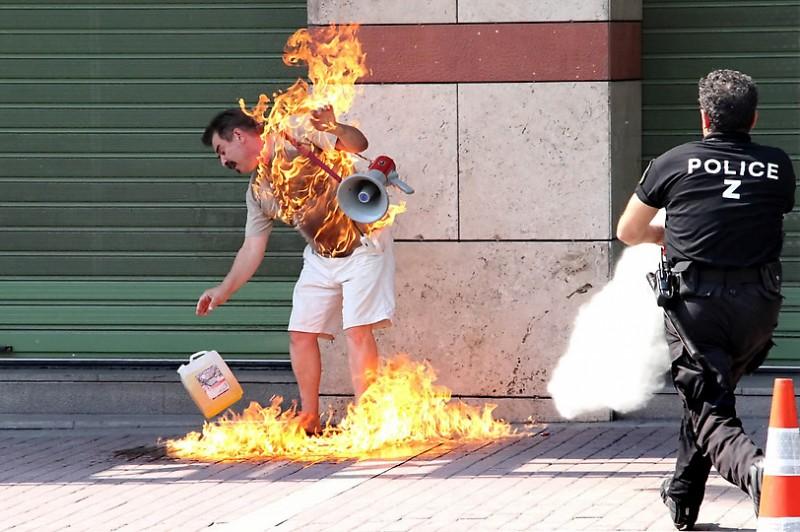 Грек-должник пытался сжечь себя перед отделением банка