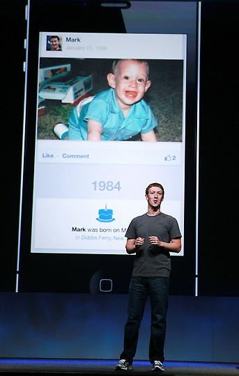 16. Марк Цукерберг со своим детским фото. (Photo by Justin Sullivan/Getty Images)