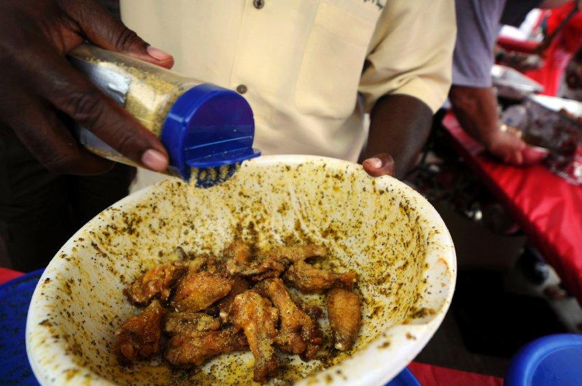 Миниатюрная азиатка по кличке Черная Вдова пожирает груды еды