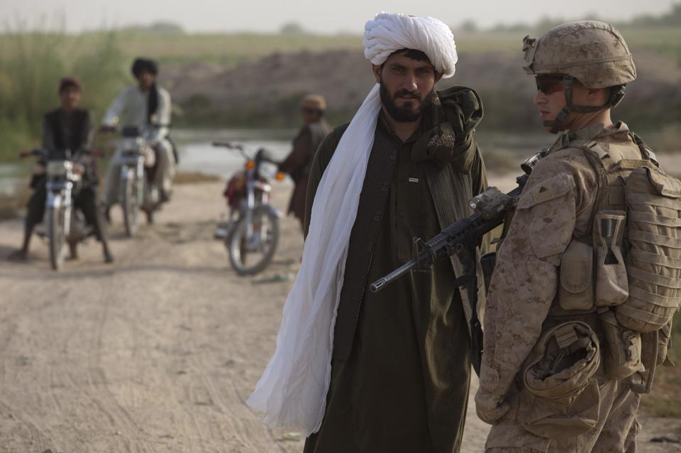 marines27 patroli di Afghanistan dasar 302